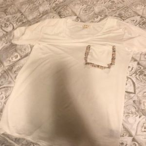 Tops - White T-shirt with cute detailed pocket